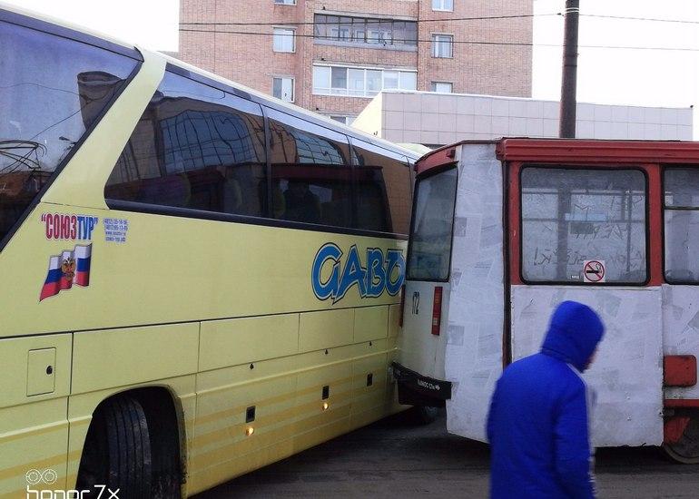 Пассажирский автобус и трамвай не поделили дорогу в Смоленске