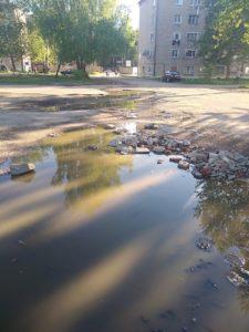 Жители Вязьмы жалуются на огромные ямы на дорогах
