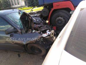 Сразу два автомобиля оказались под колесами фуры в Рославльском районе