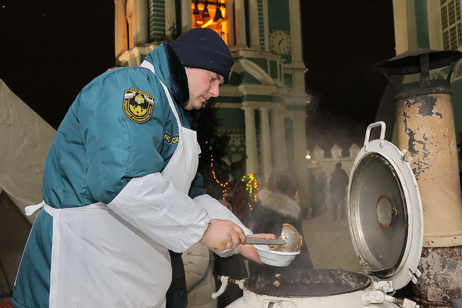 В рождественскую ночь в Смоленске развернулась полевая кухня