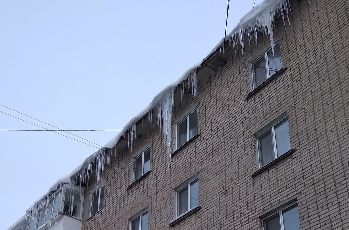 Дома в Смоленске продолжают покрываться сосульками