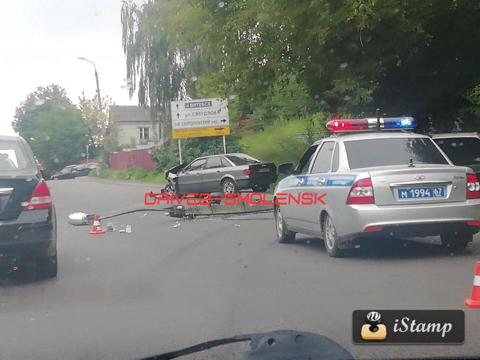 В Смоленске две иномарки протаранили столбы