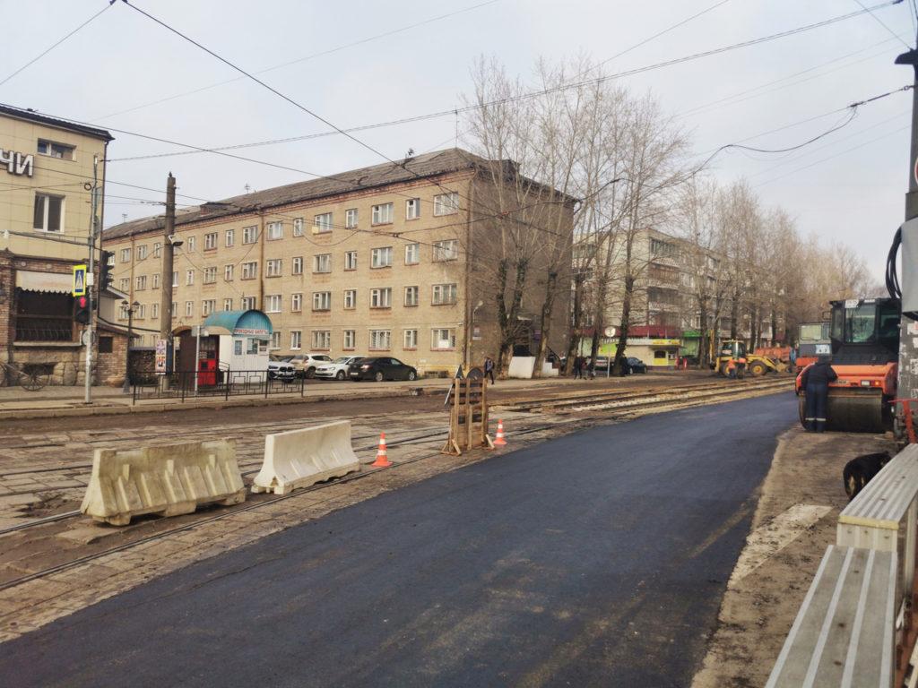 В Трамвайном проезде в Смоленске укладывают асфальт