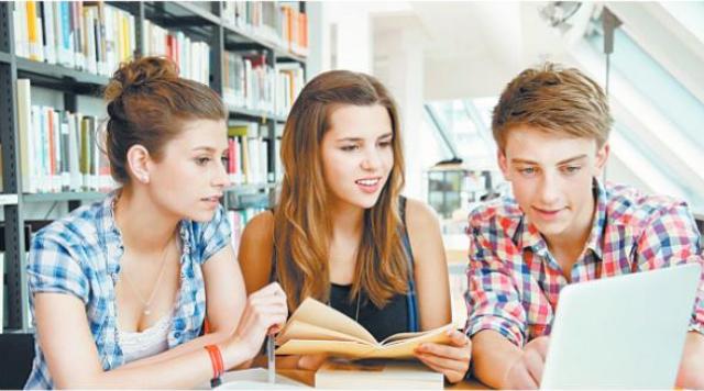 студенты за ноутбуком