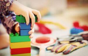 ребенок играет с кубиками