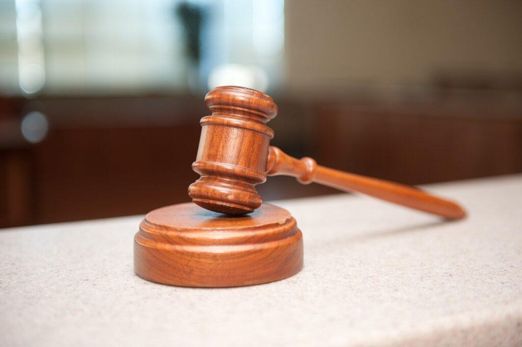 молоток в зале суда